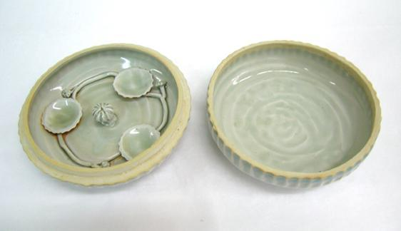 Cosmetic Container with Appliqué Dishes Inside